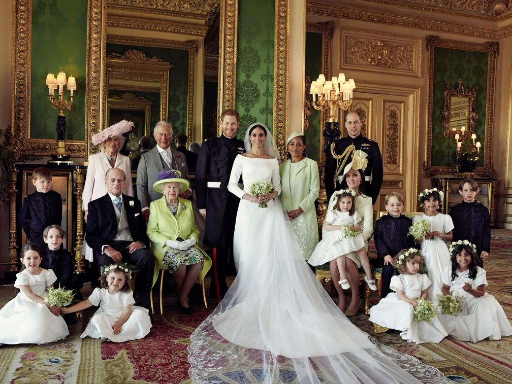 Foto oficial da família real britânica, depois do casamento de Harry e Meghan Markle. A rainha Elizabeth II e seu marido, Philip, sentados à frente de Charles e sua mulher, Camila, todos à esquerda dos noivos. À direita, a mãe de Meghan, Doria Ragland, entre a filha e o príncipe William e sua mulher, Catherine, com a princesa Charlotte no colo e o príncipe George ao lado das duas (Foto: Alexi Lubomirski/Palácio de Kensington via Reuters)