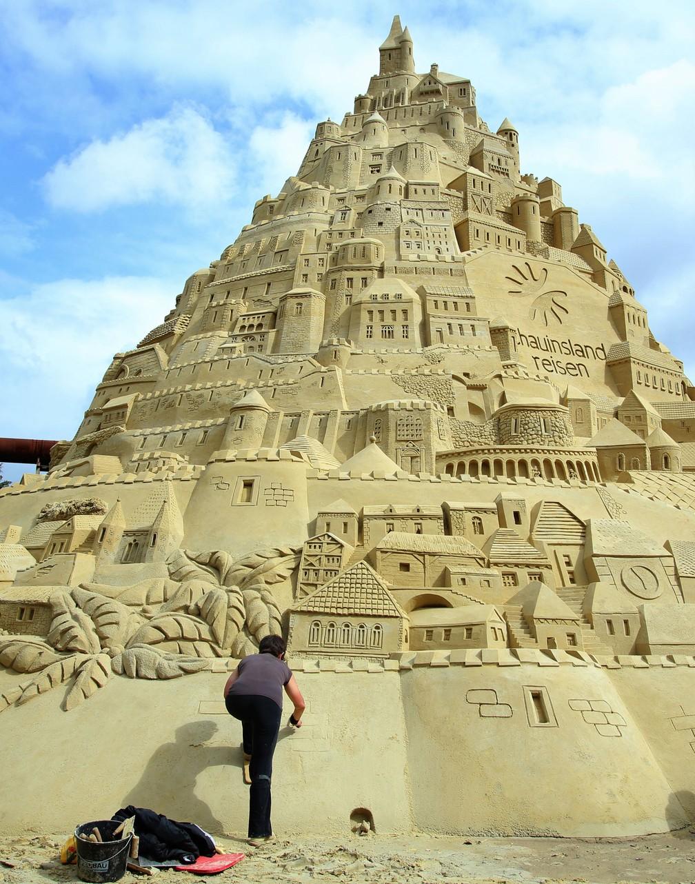 Alemanha finaliza castelo gigante de areia para tentar recorde mundial (Foto: Ina Fassbender/dpa via AP)