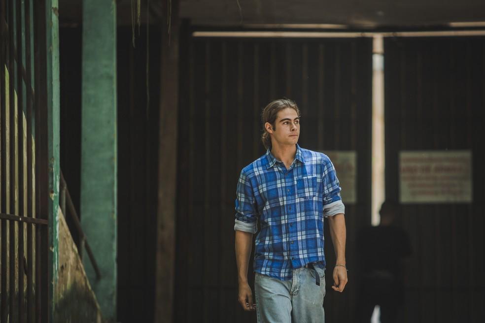 João (Rafael Vitti) sai da cadeia e é recebido pela família  — Foto: Fabiano Battaglin/Gshow
