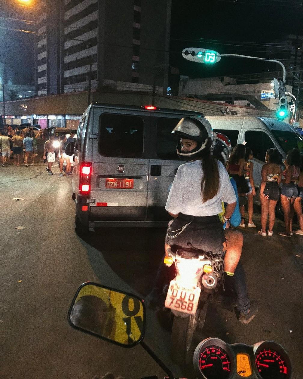 Bruna Marquezine pega mototáxi em Salvador  — Foto: Reprodução/Instagram