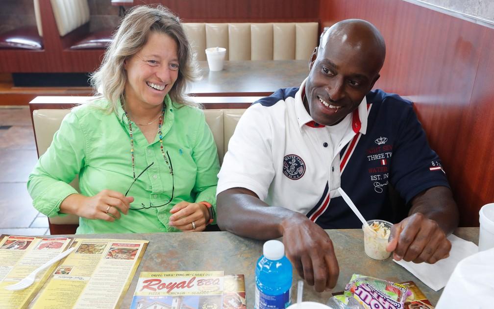 Bobby Hines e sua advogada, Valerie Newman, no restaurante Royal Barbeque, em Detroit, em 12 de setembro (Foto: AP Photo/Paul Sancya)