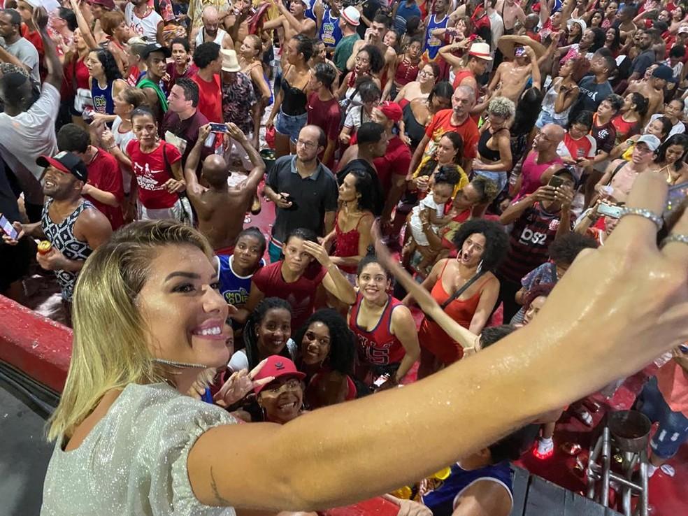 Lore Improta é tietada e tira foto com fãs na quadra  — Foto: Matheus Rodrigues