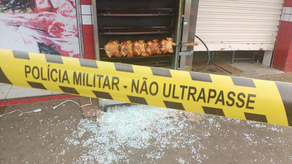 Segundo a polícia, no momento dos disparos havia cerca de 20 pessoas no açougue. (Foto: Honório Silva/RPC Maringá)