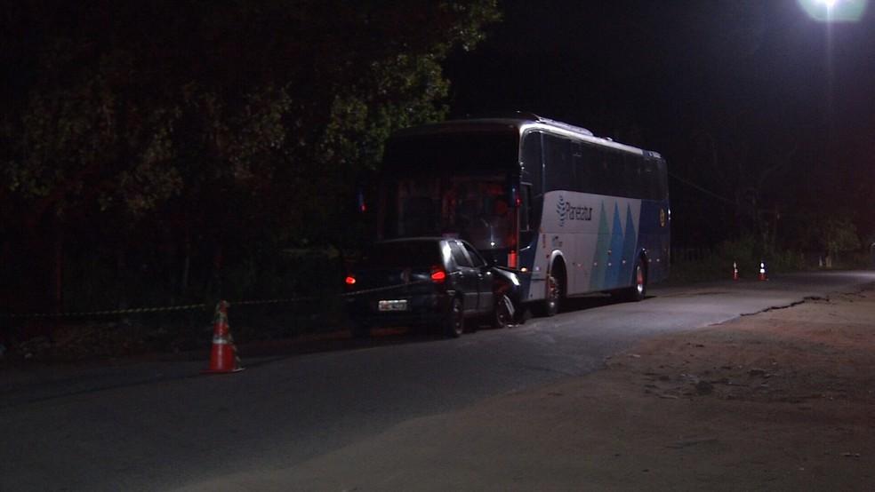 Homem morre em colisão frontal entre carro e ônibus de turismo na estrada velha do Icaraí. (Foto: TV Diário/ Reprodução)