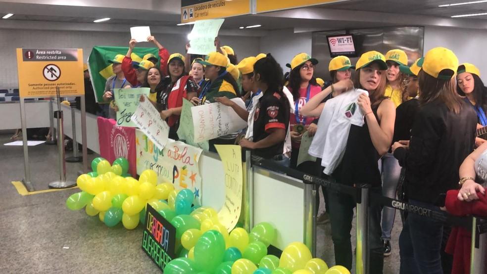 Resultado de imagem para Seleção feminina desembarca em São Paulo com festa e apoio da torcida