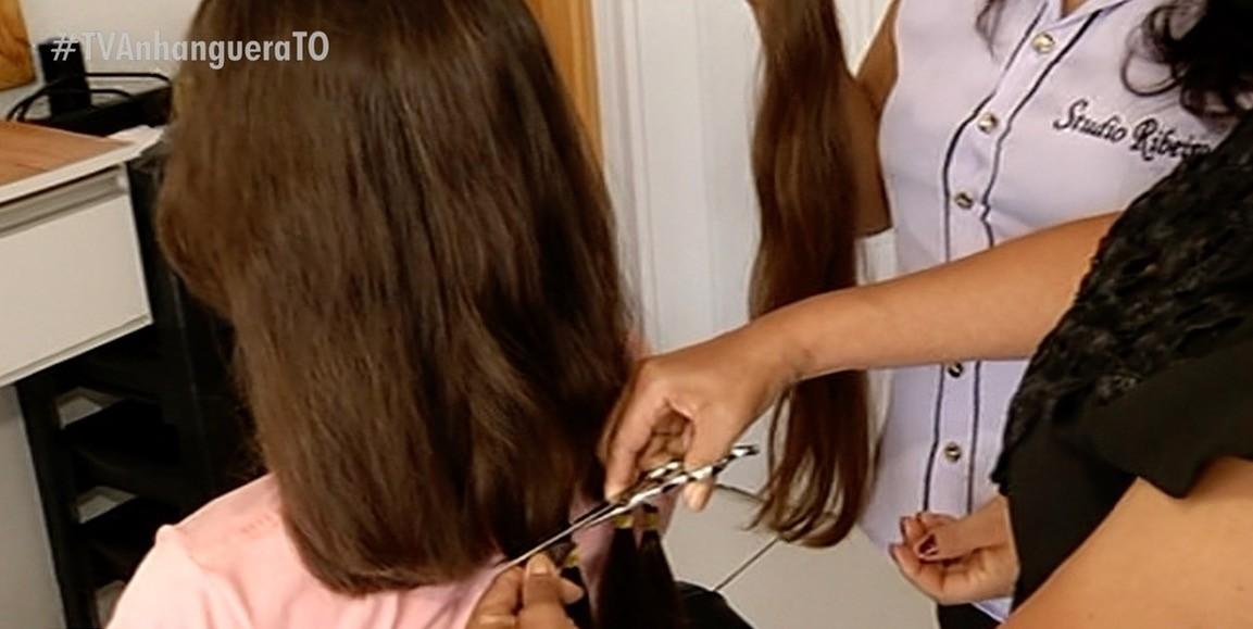 Adolescente doa cabelo a pacientes com câncer no dia do aniversário: 'Me sensibilizei com histórias de mulheres'