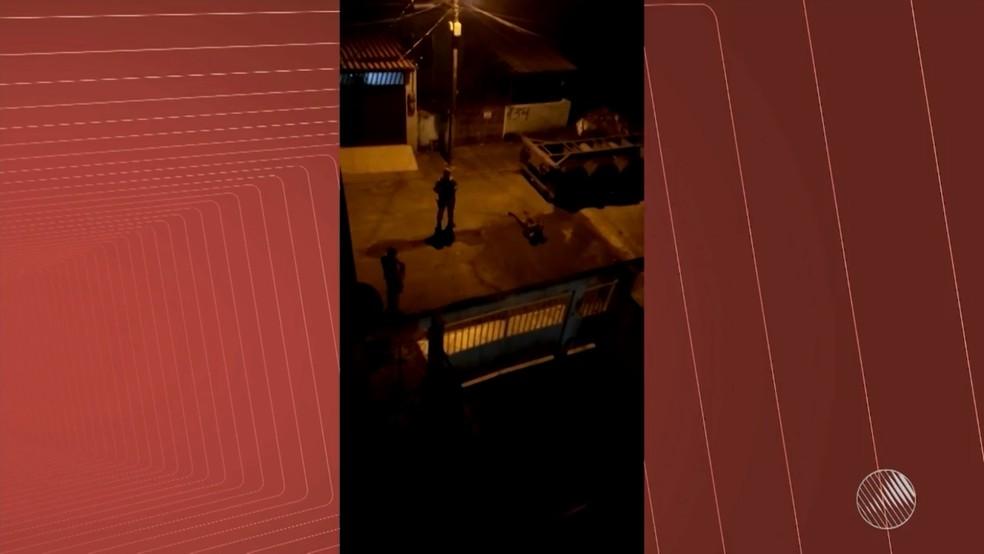 Vídeo mostra jovem agonizando e policiais por perto sem prestar socorro (Foto: Reprodução/TV Bahia)