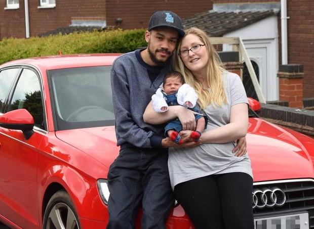 Louis e Laura Baker com a filha recém-nascida no colo (Foto: Reprodução / The Sun)