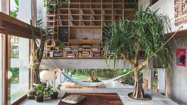 Décor do dia: sala de estar brutalista com rede, plantas e discos de vinil