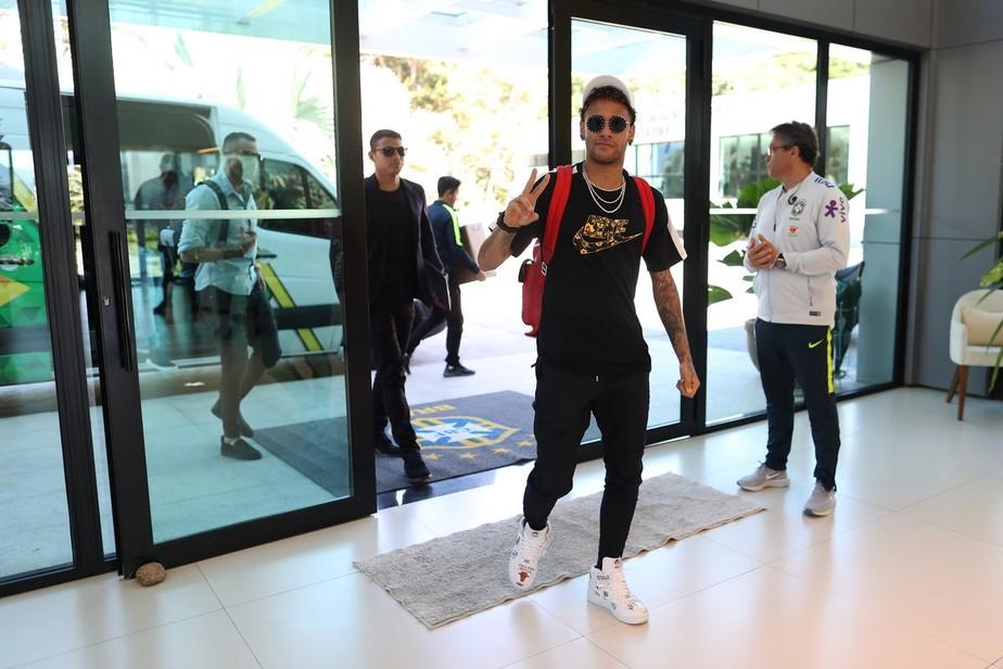 Chegou o camisa 10: Neymar se apresenta à Seleção na Granja Comary