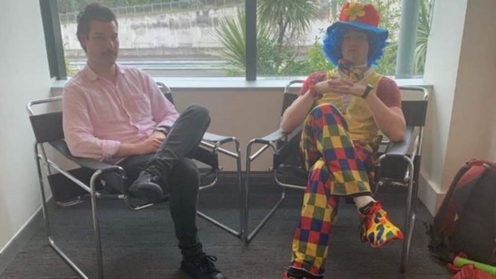 Funcionário leva palhaço para lhe dar apoio em reunião de demissão - Notícias - Plantão Diário