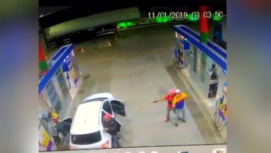 Vídeo mostra frentista sendo levado por bandidos após assalto em posto de combustíveis no RN