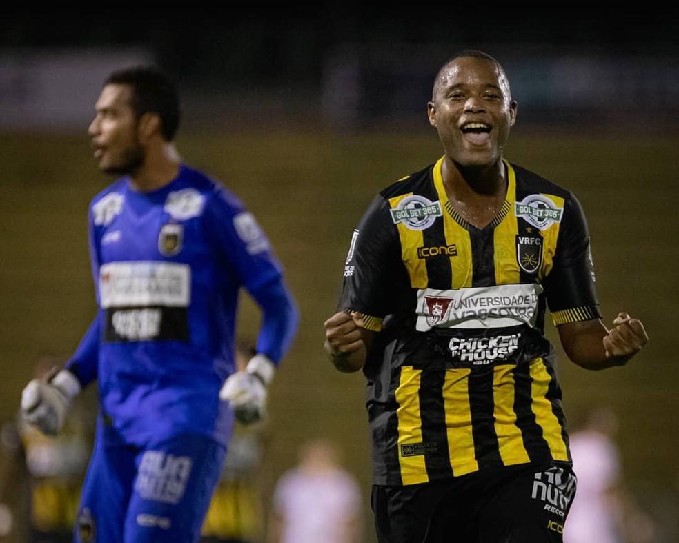 Luciano Naninho comemora gol do Voltaço — Foto: Caique Coufal