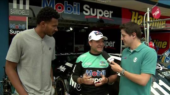 Leandrinho e Barrichello comentam homenagem do piloto ao jogador