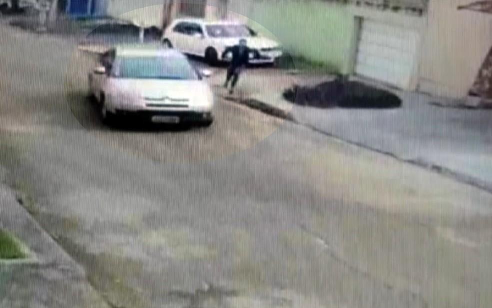 Veterinária conseguiu pegar o carro do ex e fugir dele para não ser mais agredida — Foto: TV Anhanguera/Reprodução