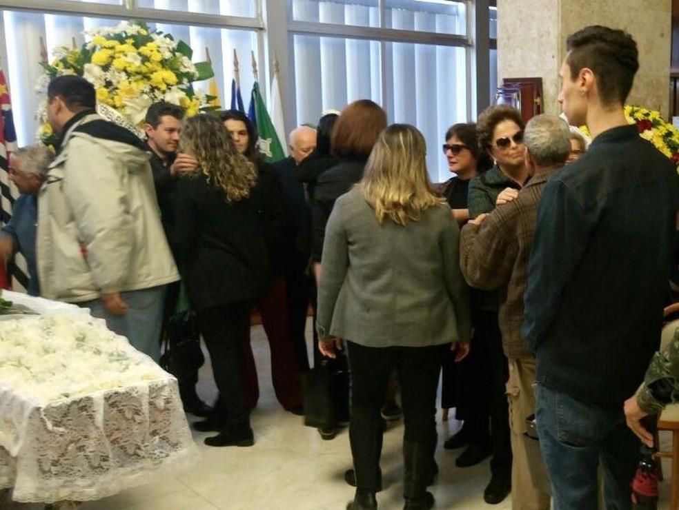 Dilma recebe condolências durante o velório do ex-marido Carlos Araújo (Foto: Jonas Campos/RBS TV)