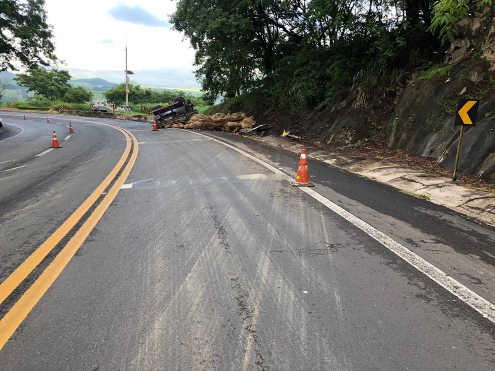 Chovia no momento do acidente na BR-153 em Ocauçu — Foto: Polícia Rodoviária Federal/Divulgação