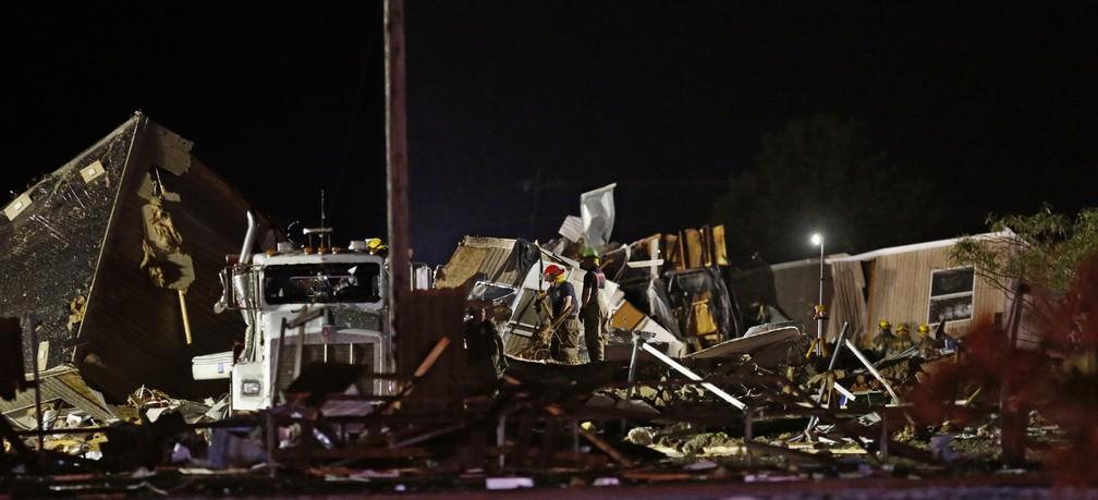 Equipe de resgate vasculham destroços de um parque de trailers, em El Reno, Oklahoma — Foto: Sue Ogrocki/AP