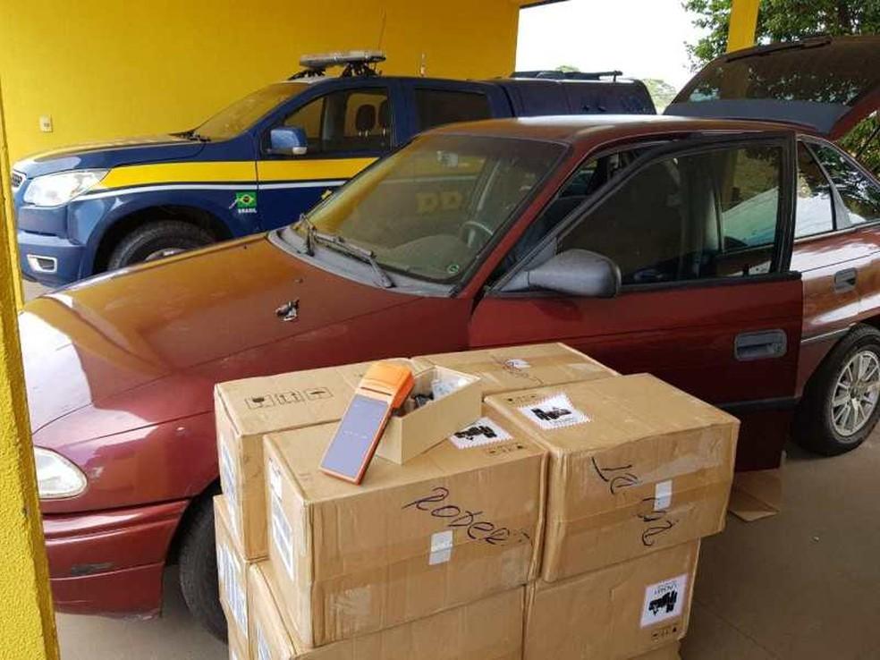 PRF apreende carga de relógios e máquinas de cartão de origem estrangeira, em Bataguassu (MS).  Foto: Polícia Rodoviária Federal/Divulgação