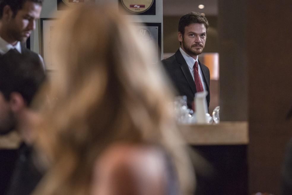 Rubinho se apavora ao dar de cara com Jeiza na restaurante onde trabalha — Foto: Fábio Rocha/Gshow