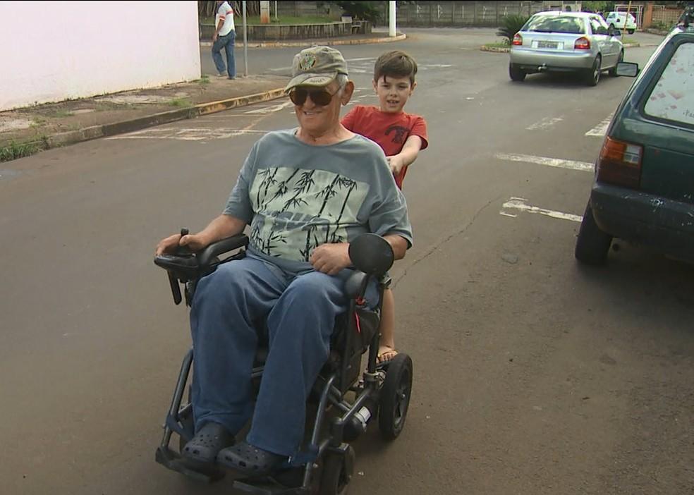 Criança passeia pelas ruas de Santa Gertrudes com o avô (Foto: Reprodução/EPTV)