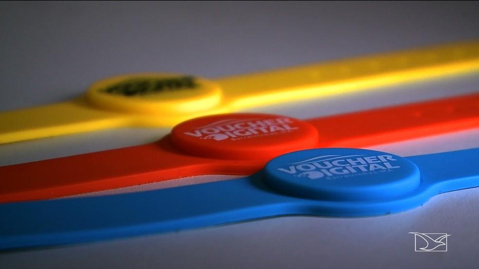 Pulseiras coloridas digitais identificam os turistas e operadores do sistema. — Foto: Reprodução/TV Mirante