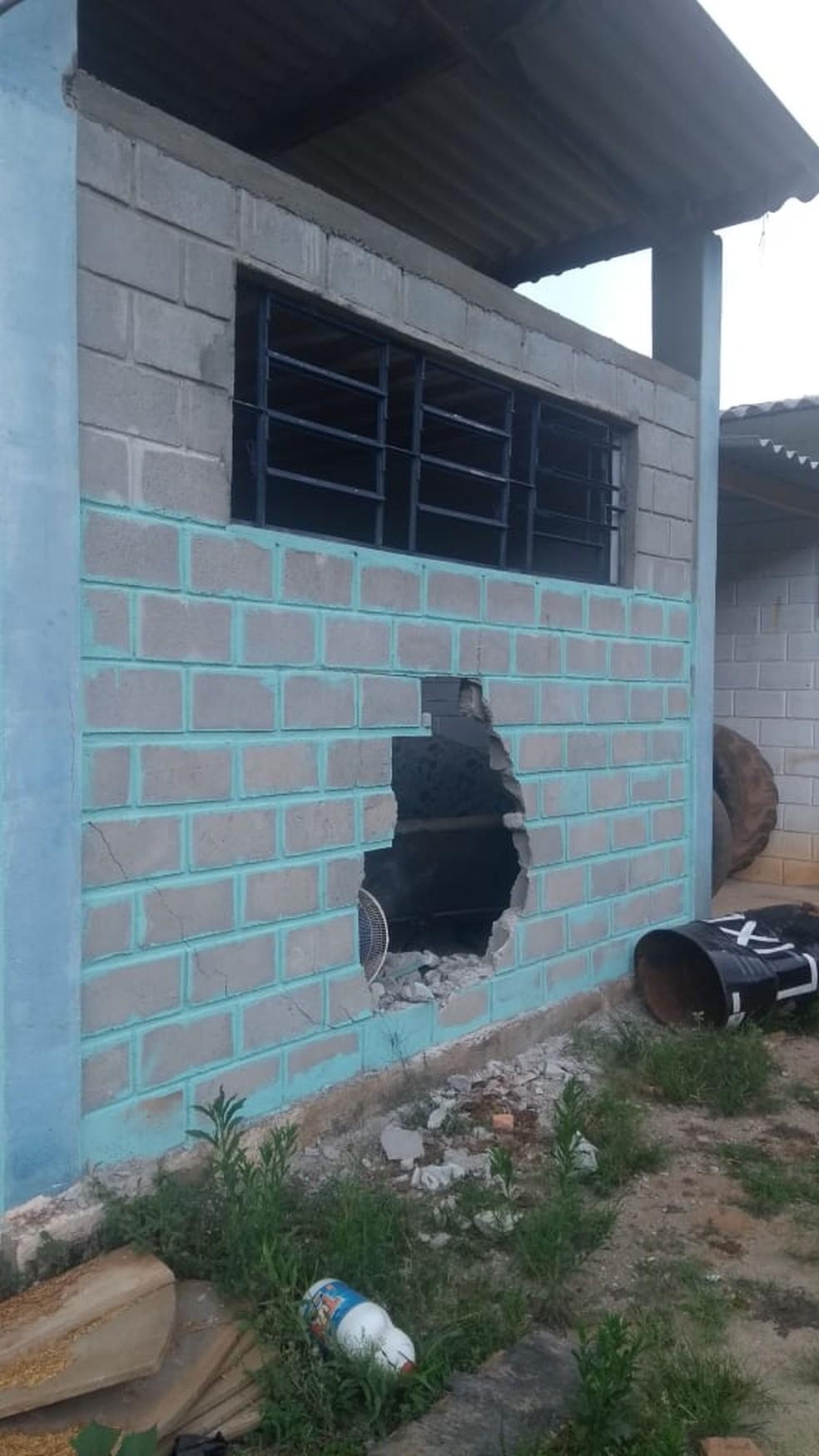 Parede da garagem foi quebrada pelos criminosos — Foto: Divulgação/Prefeitura de Jambeiro