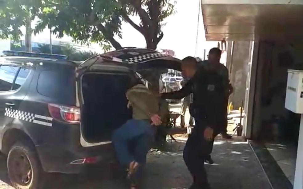 Professor de inglês foi preso em Barra do Garças por armazenar e transmitir pornografia infantil pela internet (Foto: Garra/Polícia Civil de MT)