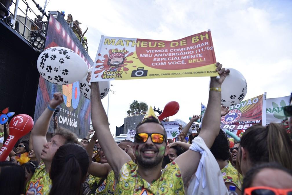 Folião de Minas Gerais homenageia Bell Marques com placa (Foto: Elias Dantas/Ag. Haack)
