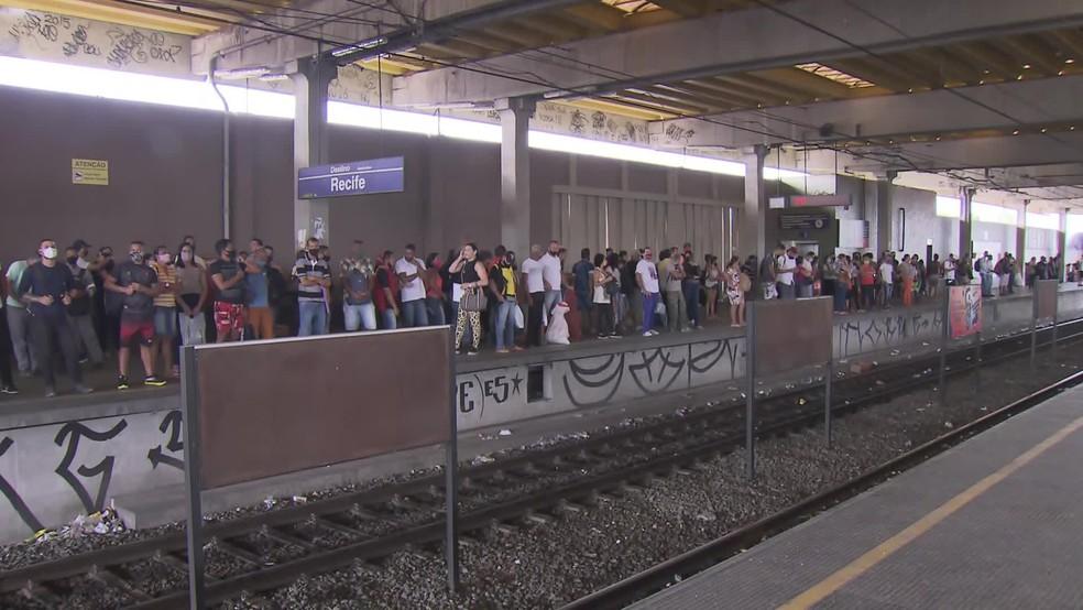 Passageiros com destino a Cajueiro Seco precisavam embarcar em uma plataforma diferente nesta segunda-feira (23) — Foto: Reprodução/TV Globo