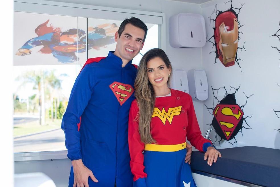 Ricardo Fonseca e a esposa Sara Anieli são médicos e atendem crianças, de graça, vestidos de super-heróis, em um consultório móvel  Brasília — Foto: Arquivo pessoal