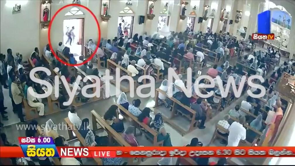 Imagem mostra suspeito de provocar a explosão na Igreja de São Sebastião em Negombo, no Sri Lanka, no domingo (21)  — Foto: CCTV / Siyatha News via Reuters