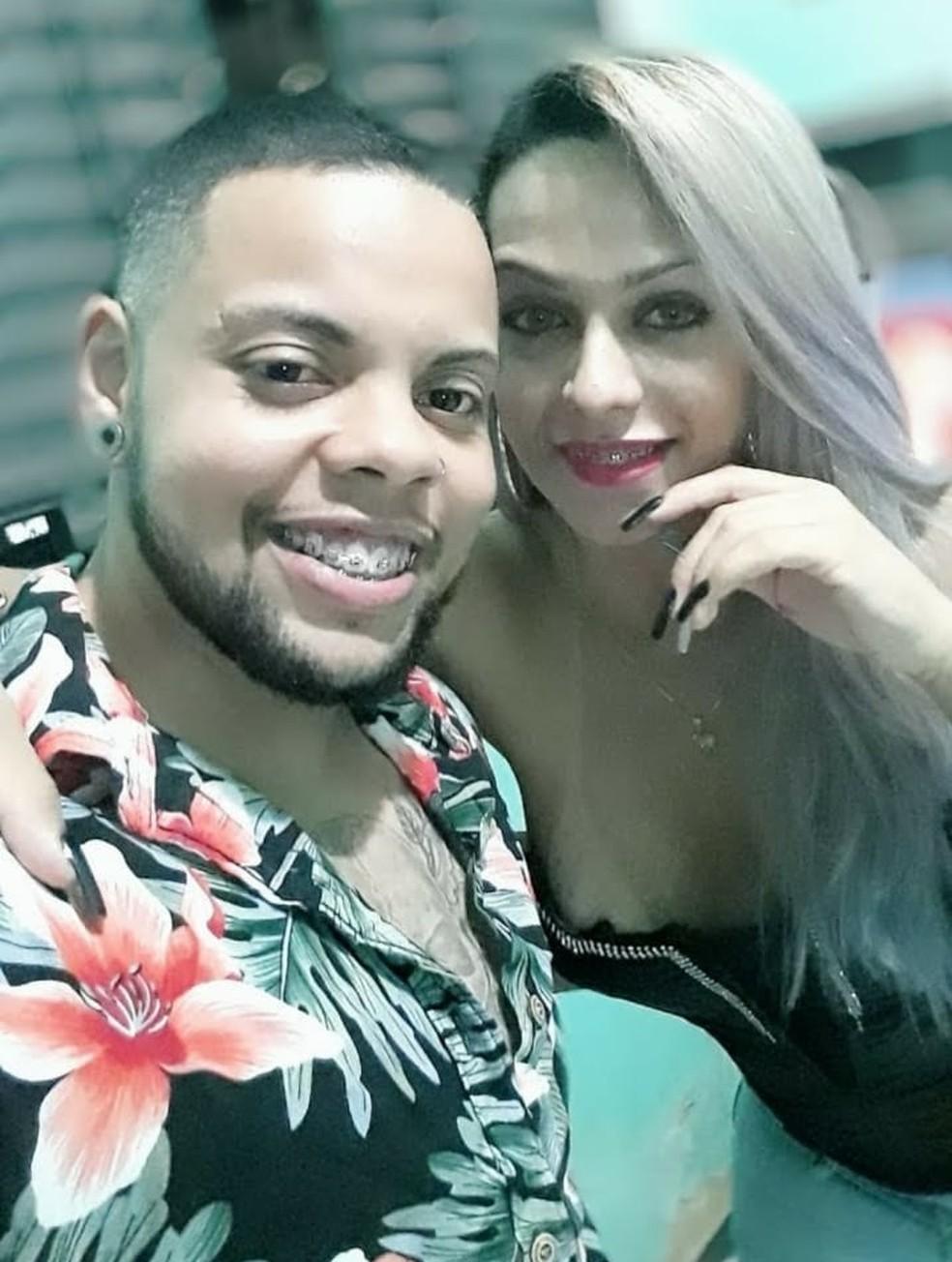Rodrigo e Ellen se conheceram na internet e a foto foi tirada quando eles se encontraram pessoalmente pela primeira vez — Foto: Arquivo pessoal