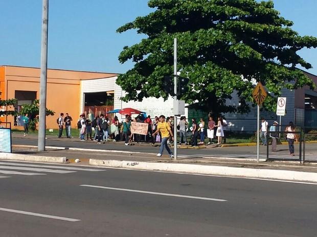 Grupo protesta em frente ao Terminal da Praia Grande (Foto: Lucas Vieira/G1)