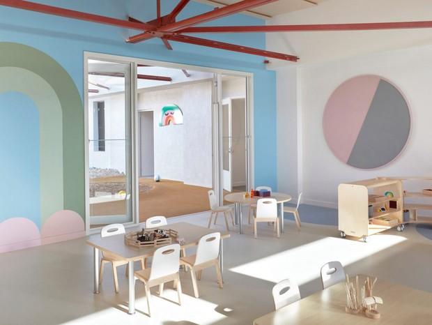 Escola na Austrália tem decoração minimalista com tons pastel e elementos lúdicos
