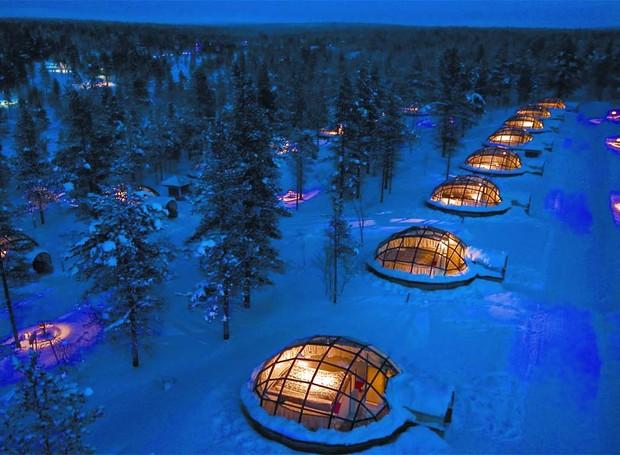 O Kakslauttanen, na Finlândia, é o lugar perfeito para observar a aurora boreal sem passar pelo frio (Foto: Divulgação)