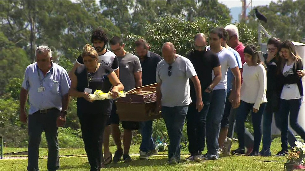 Corpo de Jorge Antônio de Moraes é sepultado em Suzano — Foto: TV Globo/Reprodução