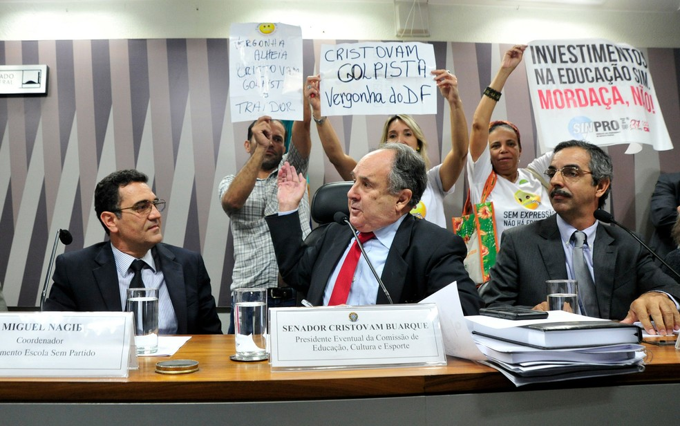 Senador Cristovam Buarque é chamado de golpista por manifestantes em comissão de Educação no Senado — Foto: Geraldo Magela/Agência Senado