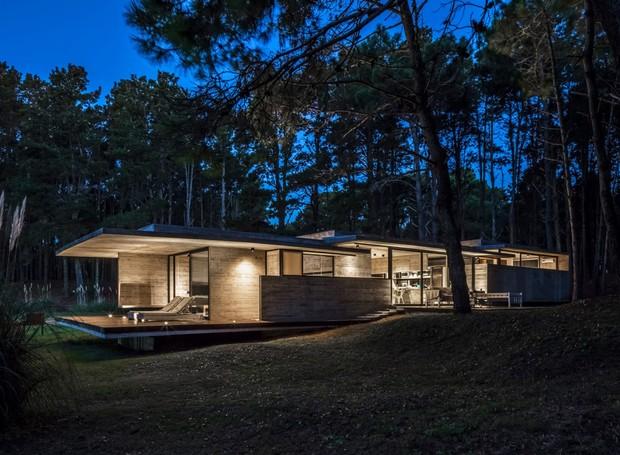 A arquitetura modernista e minimalista faz com que a casa tenha a aparência mais sóbria (Foto: Federico Kulekdjian)