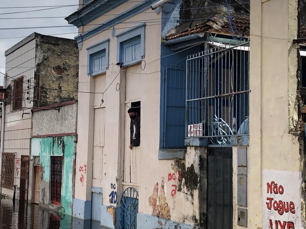 Casa no Centro de Manaus está com o andar inferior todo coberto pela água. — Foto: Matheus Castro/G1