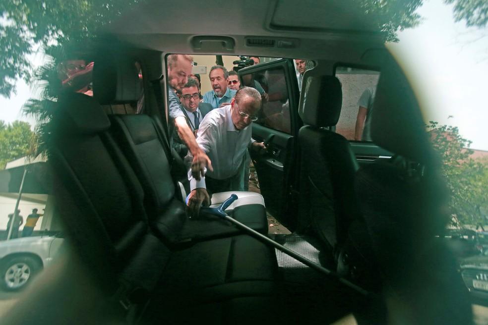 Paulo Maluf é acompanhado pela Polícia Federal ao sair do IML, em São Paulo (Foto: Leonardo Benassatto/Reuters)