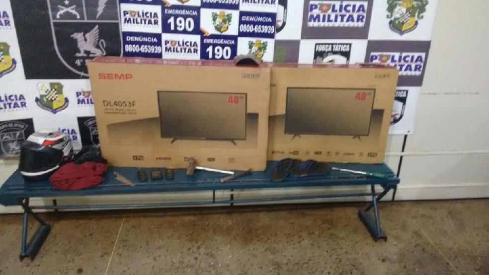 Dois televisores levados de loja de eletrodomésticos foram recuperados no mesmo dia do crime (Foto: PM-MT/ Assessoria)