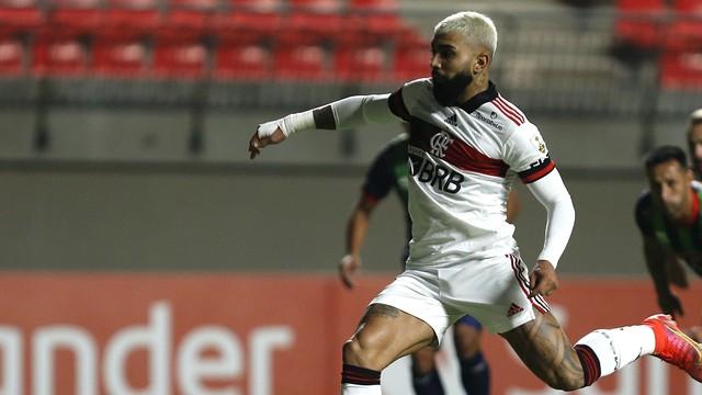Gabigol cobra pênalti para diminuir para o Flamengo contra o La Calera
