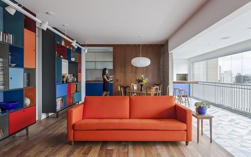 Decoração de apartamento tem móveis coloridos e ambientes integrados