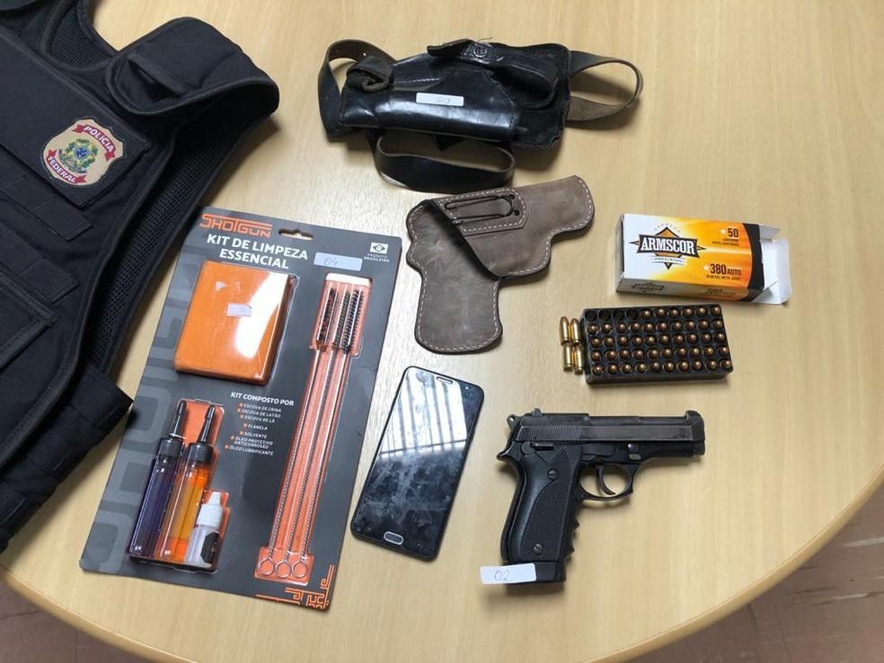 Arma e munição apreendidos pela PF na operação Aversa — Foto: PF/Divulgação