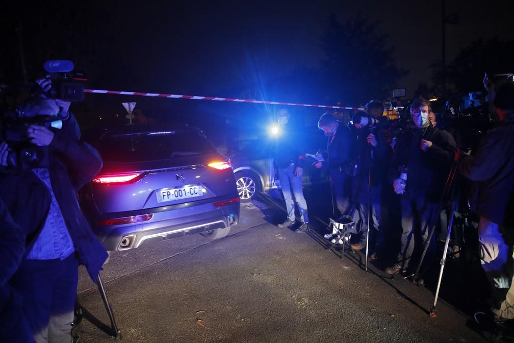 Polícia isola área onde um professor foi decapitado em Conflans-Saint-Honorine, nos arredores de Paris, na sexta-feira (16) — Foto: Michel Euler/AP