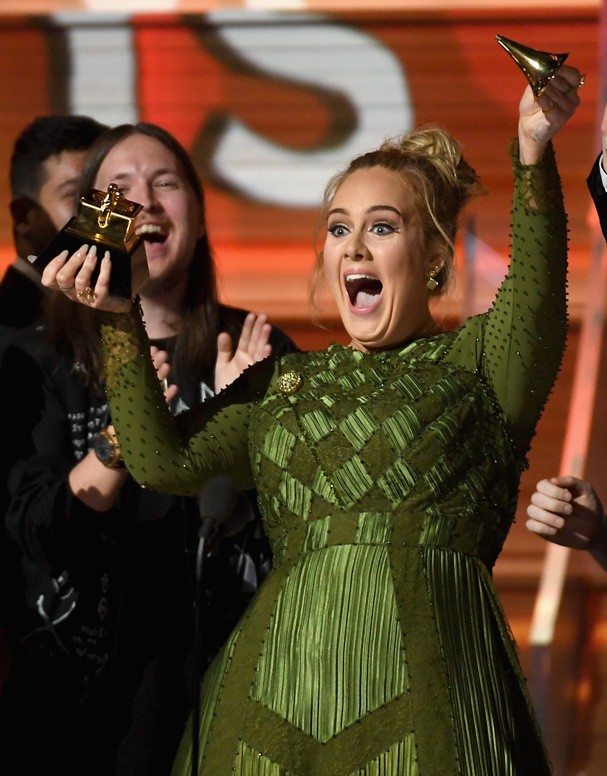 Adele recebendo o prêmio de Álbum do Ano no Grammy Awards 2017 (Foto: Getty Images)