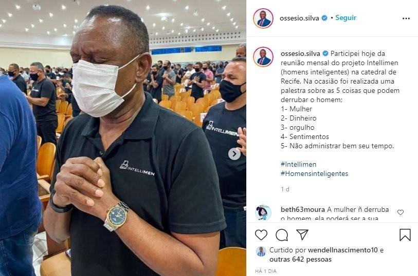 No Instagram, seguidores postaram reclamações nos comentários antes que o texto fosse alterado