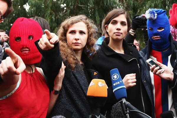 Algumas das ativistas do Pussy Riot com suas tradicionais máscaras de esqui (Foto: Getty Images)