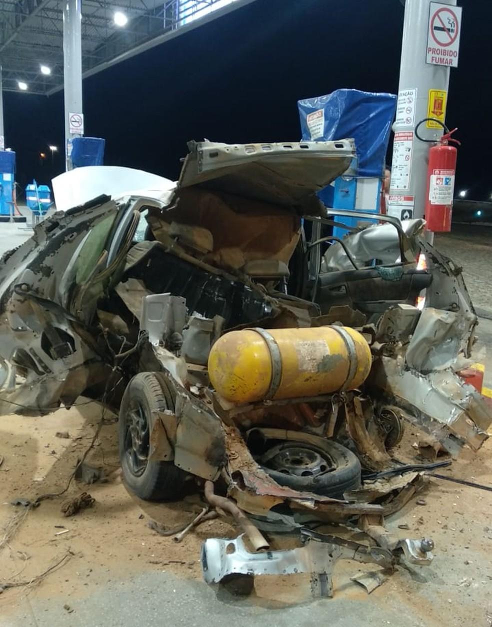 Carro ficou completamente destruído na parte de trás — Foto: Redes Sociais